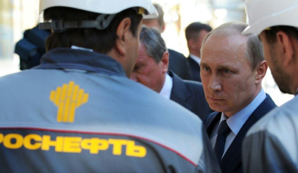 843342-le-president-russe-vladimir-poutine-visite-une-raffinerie-du-geant-petrolier-rosneft-dans-le-port-de